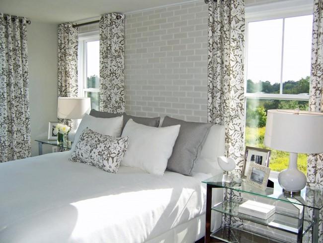 Обои с имитацией кирпичной кладки, комбинированные со светлыми однотонными, поддержат настроение спальной комнаты выдержаной в строгой цветовой гамме