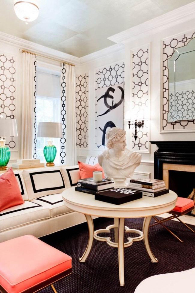 Стильный интерьер с камином, классической скульптурой, оригинальными лампами и подушками розово-кораллового оттенка