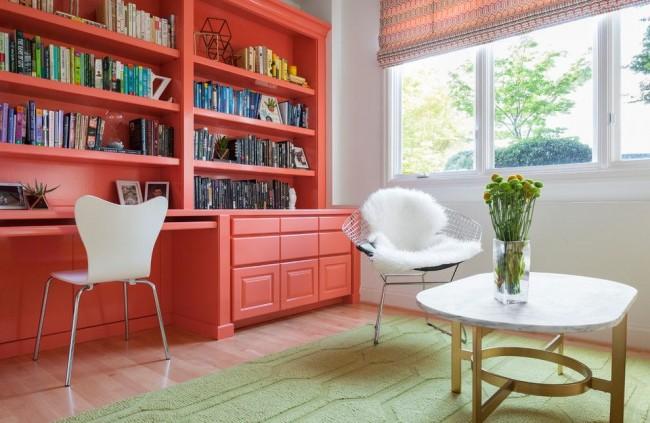 Коралловая мебель для гостиной в современном стиле нашла место возле самого освещенного участка комнаты