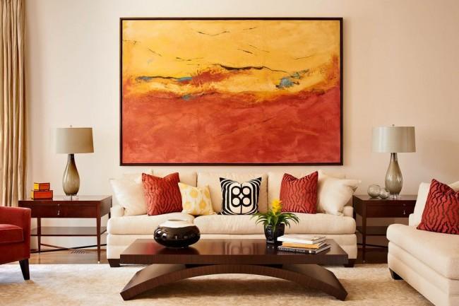 Основной бежевый фон, темно-коричневая мебель и коралловые аксессуары