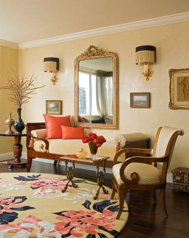 Традиционная нью-йоркская гостиная с ярким акцентом в виде диванных атласных подушек
