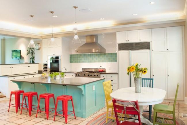 Контраст на современной кухне: красный коралловый и бирюзовый