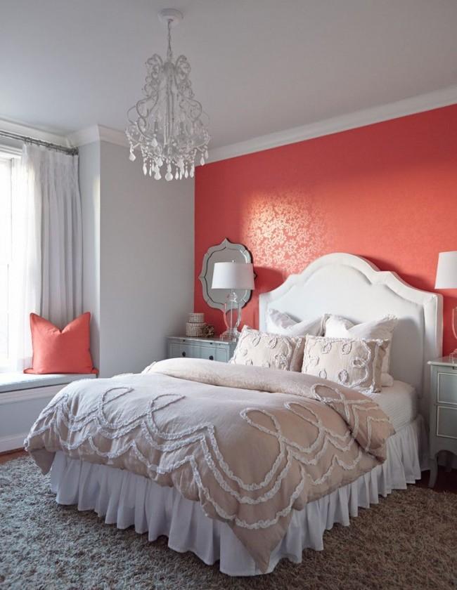 Розово-коралловый оттенок задает уют в интерьере спальни классического стиля