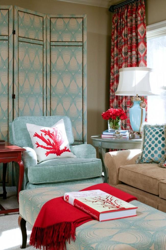 Легкий голубой оттенок мебели гостиной комнаты и контрастирующий с ним красный оттенок кораллового цвета