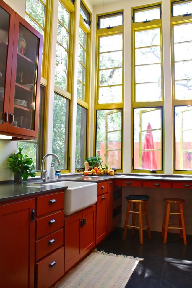 Высокие окна до потолка в кухне с томно - красным фасадом