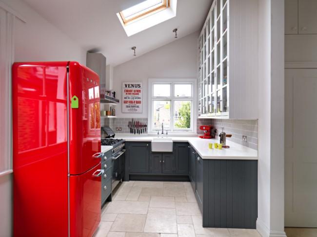 Акцентный красных холодильник в бело - серой кухне