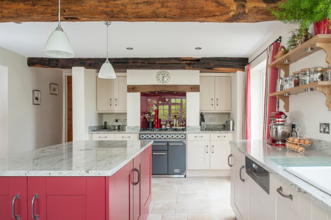 Спокойный темно - розовый оттенок для более классической кухни