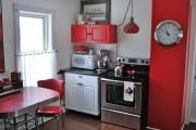 Фото 22 Кухни красного цвета: 50 самых трендовых и сочных решений для тех, кто не боится экспериментировать