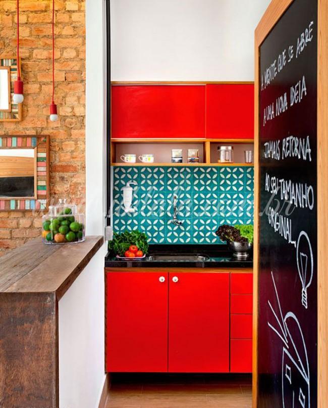 Интересное сочетание разных оттенков с красным кухонным гарнитуром