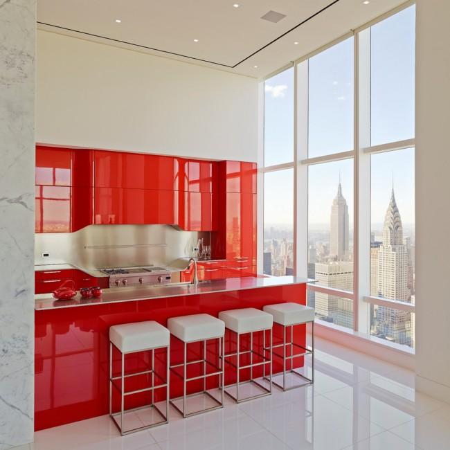 Сочная красная кухня, разбавленная светлой отделкой, с панорамным видом