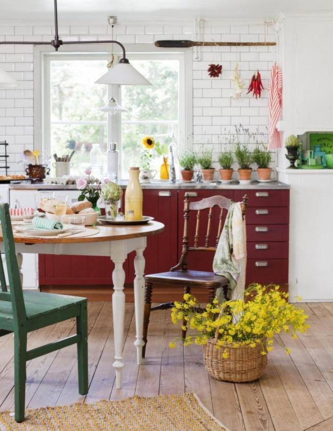Кухня в стиле кантри с бордовым фасадом