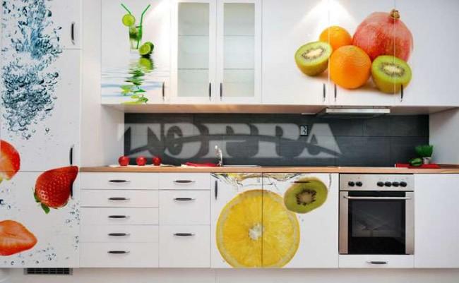 Оформление кухни и кухонного гарнитура может также дополнить масштабный рисунок