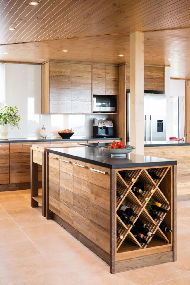 Черная глянцевая столешница выделит кухонный гарнитур из общего интерьера