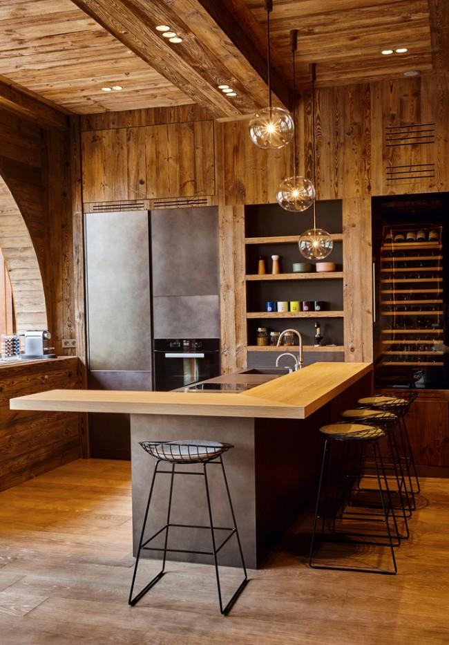 Кухня с отделкой из натурального дерева в сочетание с матовым черным фасадом