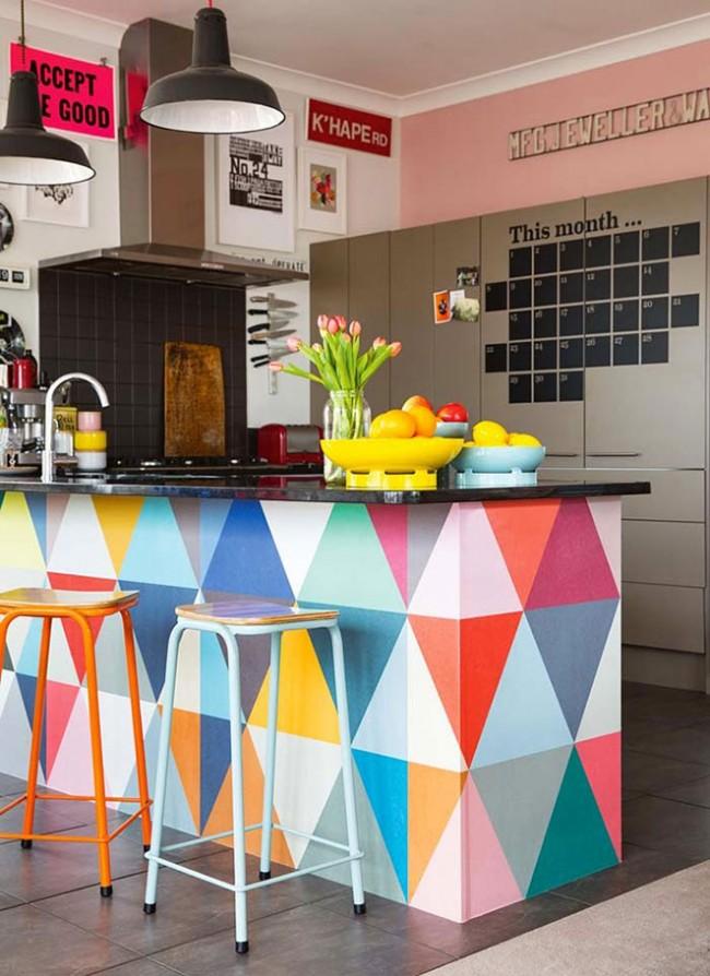 Разноцветная отделка барной стойки в маленькой компактной кухне