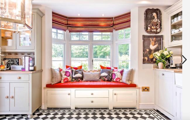 Высвободившееся пространство при отсутствии подоконника можно использовать под комфортабельный диван-лежанку
