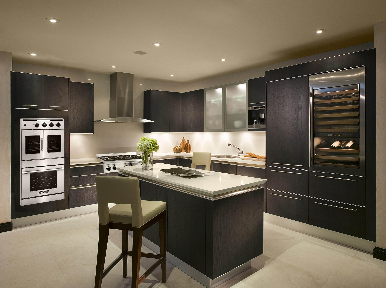 Темная кухня в светлом интерьере фото