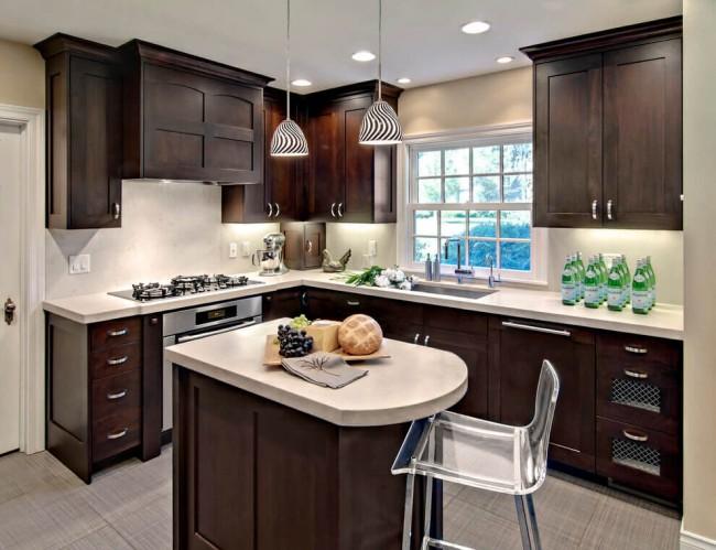 Натуральный темный венге отлично сочетается со светлыми стенами на кухне