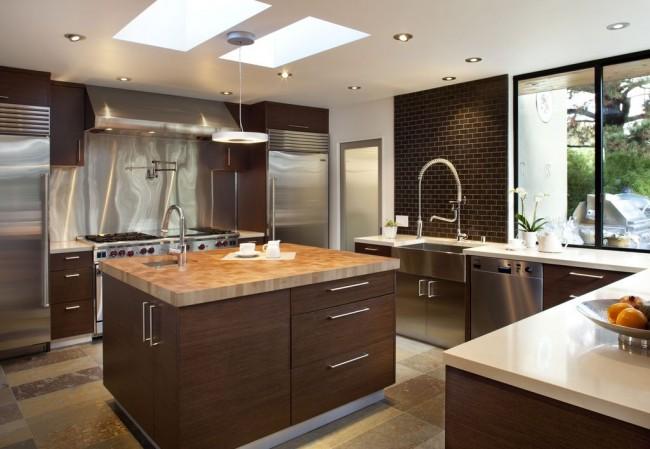 Кухня венге в теплых тонах с мраморной столешницей и декоративной кирпичной кладкой над одной из рабочих зон