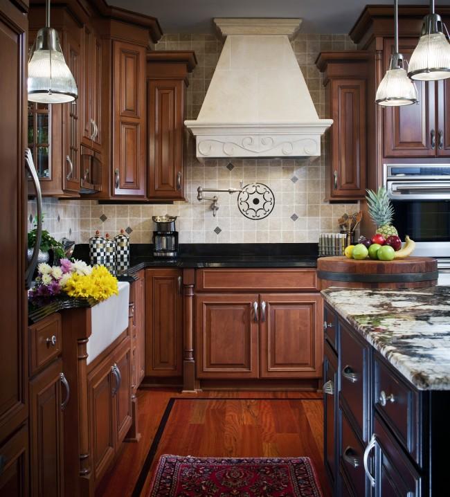 Невероятно теплая и уютная кухня с гарнитуром из дерева венге и отделкой стен декоративной кирпичной кладкой