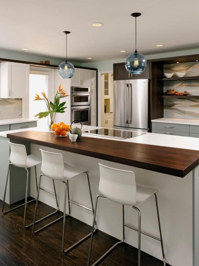 Очень теплая кухня венге с паркетом из натурального дерева и яркими оранжевыми акцентами на элементах декора