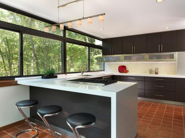 На кухне в стиле модерн пол с керамической плиткой, не будет выглядеть банально