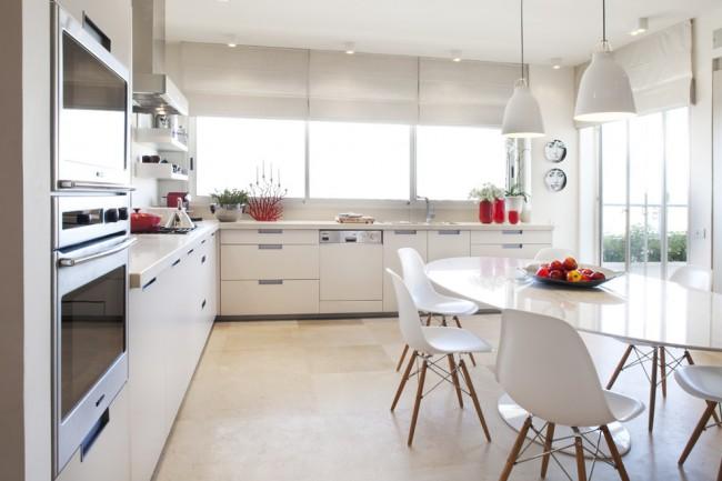 Если вы владеете достаточно большим помещением, то можно совместить рабочую и столовую зоны кухни, разместив в центре обеденную группу