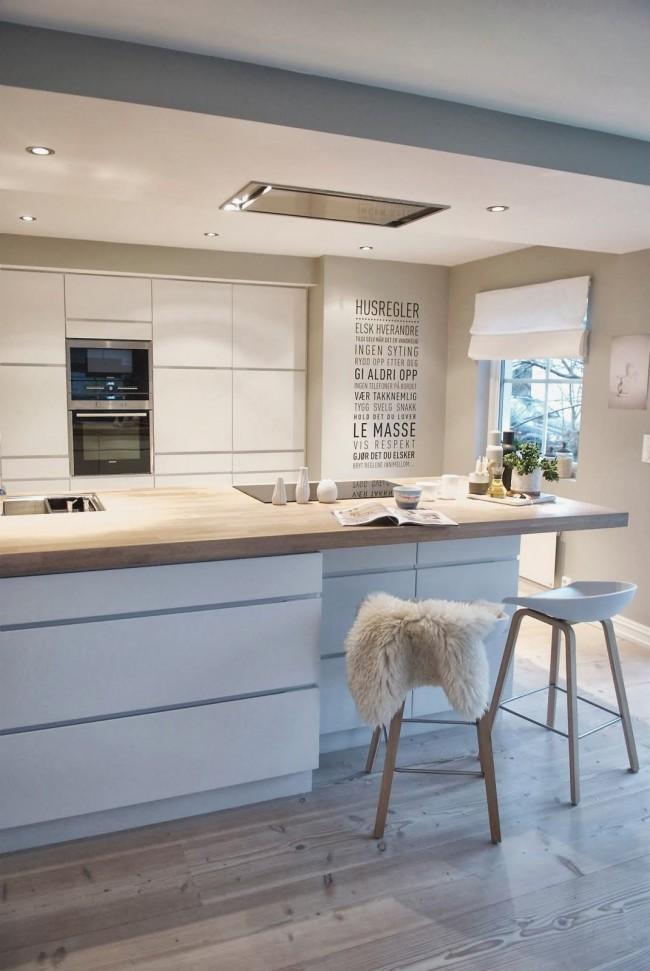 Скрыть недостатки маленькой кухни поможет гарнитур, расставлен Г-образной или линейной формой