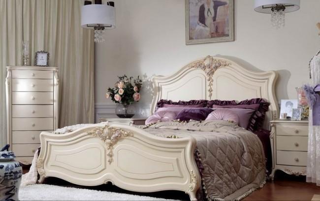 Красивая старинная кровать в светлой неоклассической спальне