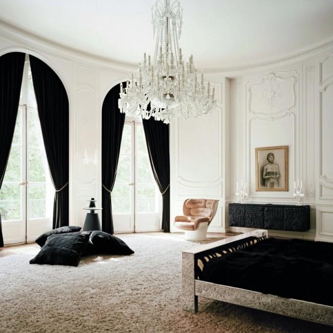 Роскошная спальня с высокими потолками и контрастным текстилем