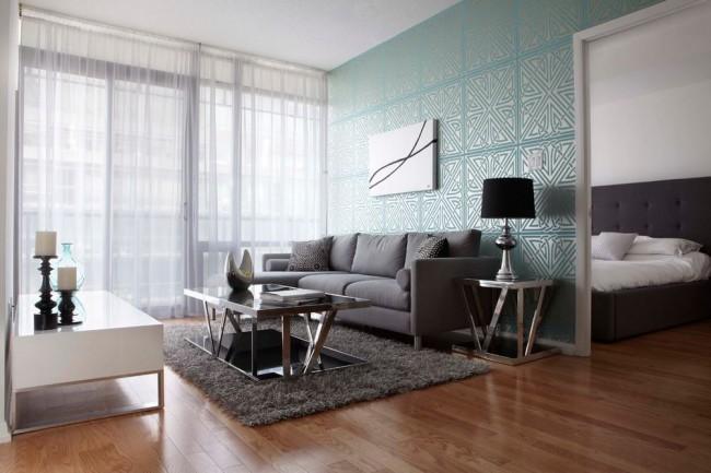 Теплая гостиная с панорамными окнами и холодно - голубыми обоями