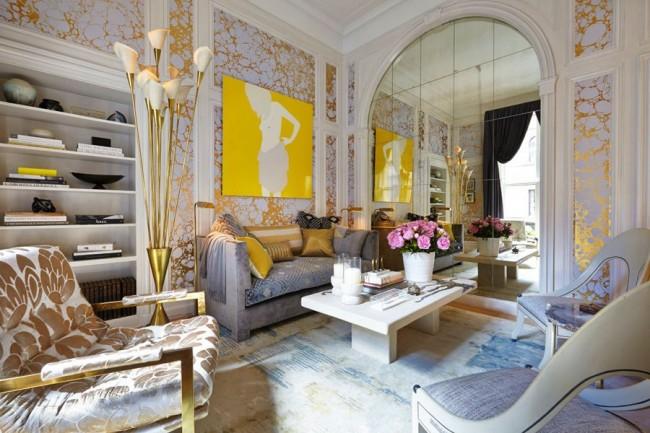 Панорамная маленькая гостиная с золотистыми обоями