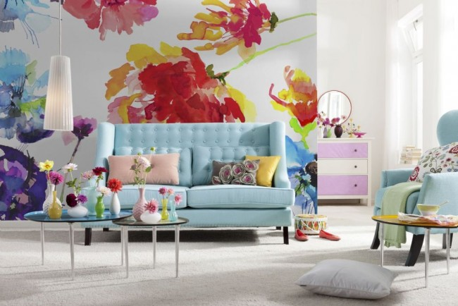Обои с крупными цветами в просторной гостиной