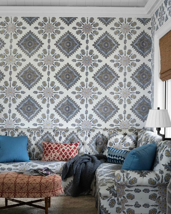 Светлые текстильные обои в гостиной в тон с мебельным гарнитуром