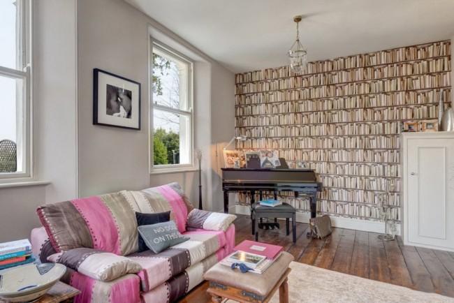 Уютная обстановка в гостиной благодаря светлым обоям и яркому акцентному диванчику