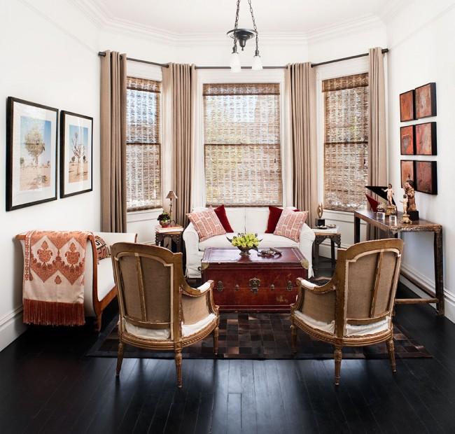 Эркер создаст своеобразную зону для отдыха, а шторы теплых, благородных оттенков завершат роскошный образ этого места уединения