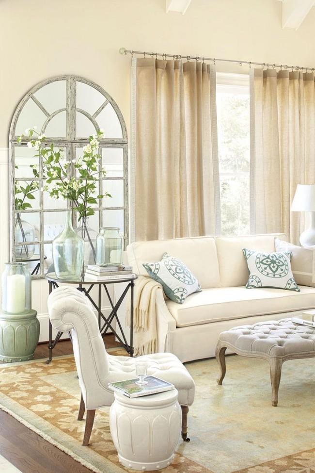 В гостиной с высокими потолками декор окна в нейтральных оттенках выглядит просто роскошно