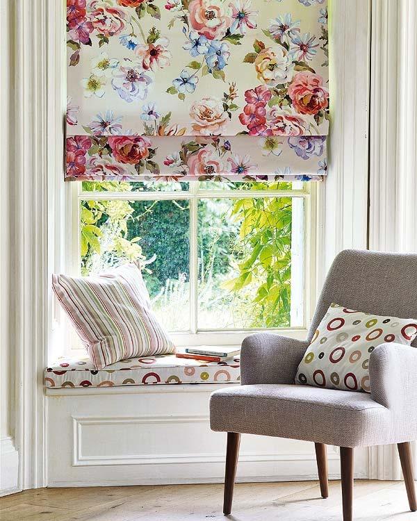 Римские шторы с красочным принтом станут отличным дизайнерским решением как для городской квартиры, так и для загородного дома