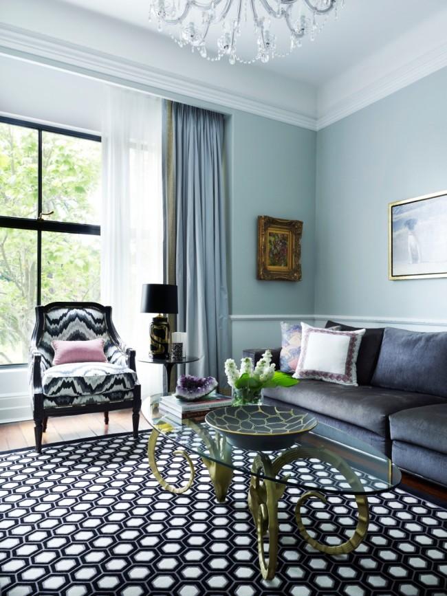 Гостиная в стиле неоклассика наполнена множеством элегантных предметов интерьера, которые отсылают к английским интерьерам, станет отличным дизайнерским решением