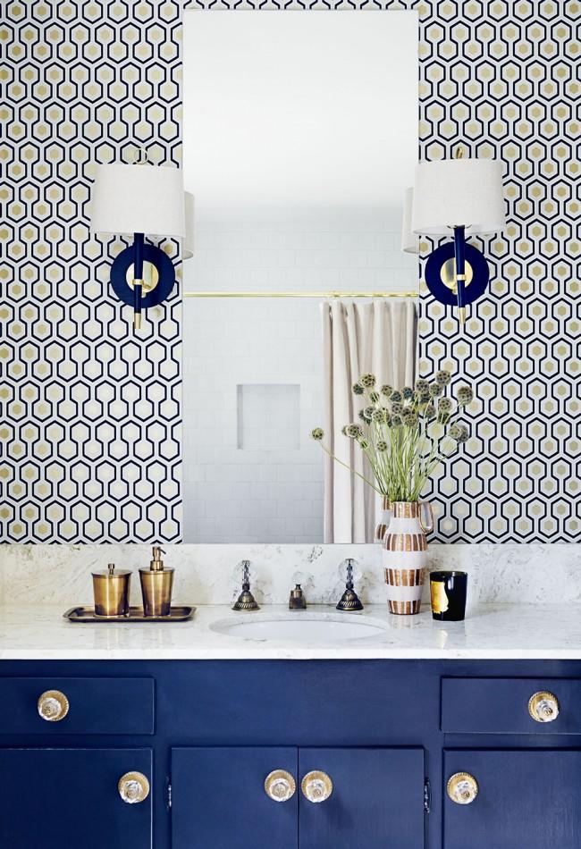 Удачное использование симметричных светильников в рабочей зоне ванной комнаты