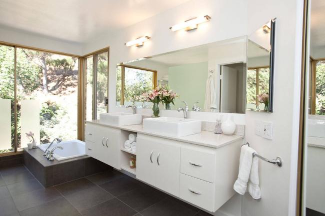 Сбалансированный световой сценарий в ванной комнате гарантирует хозяевам уют и чувство комфорта от пребывания в ванной