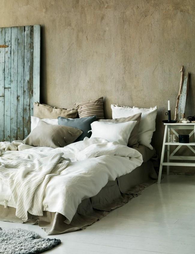 На первый взгляд очень простая, но достаточно гармоничная отделка стен шпатлевкой в спальной комате
