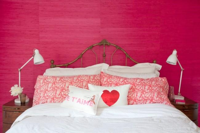 Отделка стен яркой розовой текстурной краской в спальне