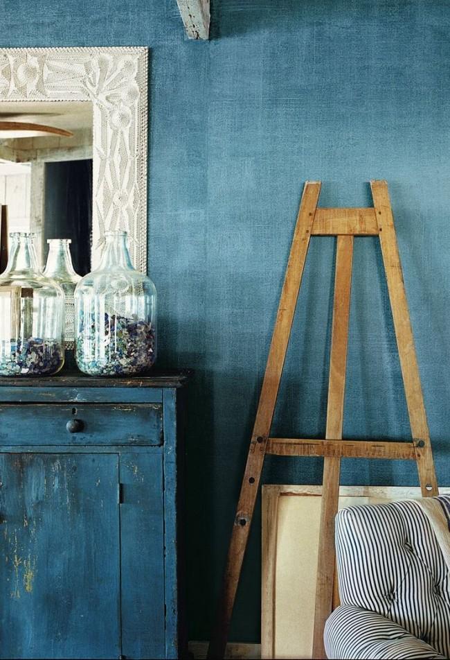 Текстурная синяя краска в винтажном интерьере небольшой комнаты