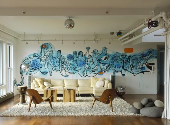 Необычный рисунок на всю стену в большой гостиной, выполненный в синих тонах
