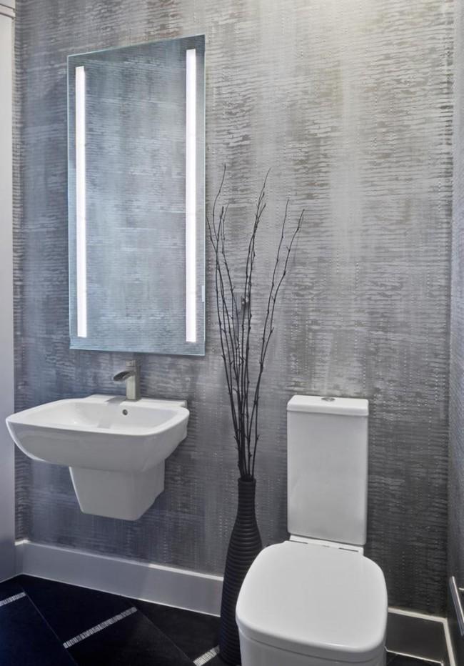 Отделка стен в санузле с помощью шпатлевки. Несмотря на достаточно простой узор в виде горизонтальных полос выглядит очень необычно