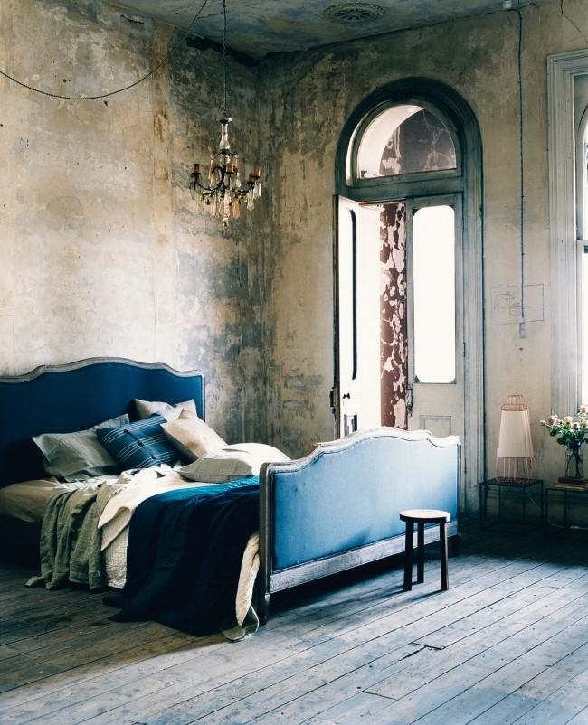 Отделка стен спальни в виде декоративной штукатурки в сдержанной цветовой гамме