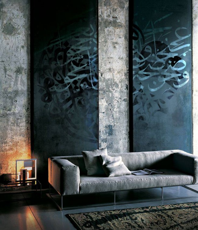 Очень атмосферная гостиная с интересной отделкой стен и большими полотнами с необычными узорами