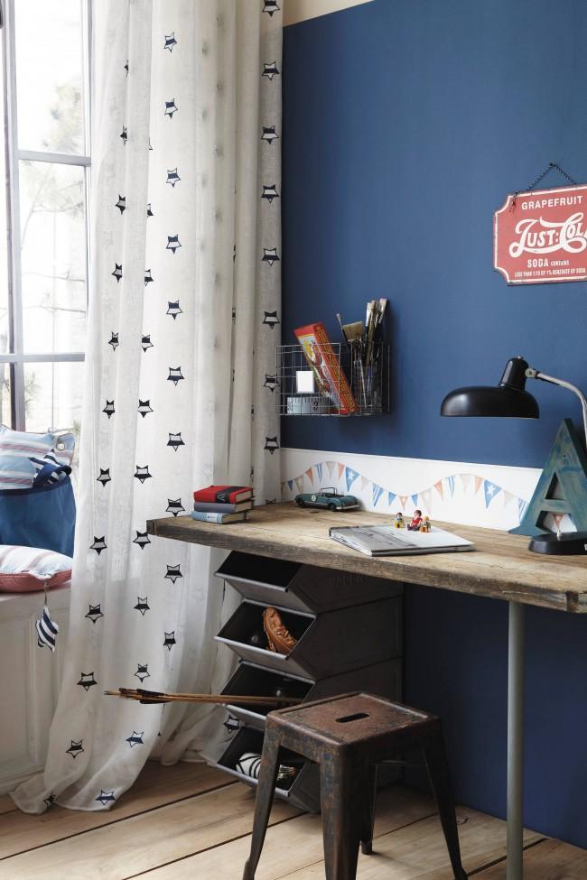Необычное и очень смелое решение для оформления комнаты. Небольшой, но в то же время достаточно вместительный стол, а также двухъярусная полочка создают удобное рабочее место, а яркое оформление стен и потолка подчеркивает уникальность личности владельцаи очень смелое решение для оформления комнаты. Небольшой, но в то же время достаточно вместительный стол, а также двухъярусная полочка создают удобное рабочее место, а яркое оформление стен и потолка подчеркивает уникальную личность владельца