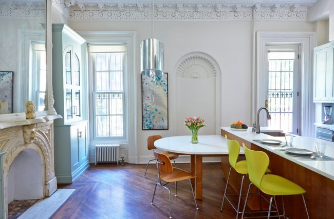 Красивые багеты из лепнины в современной кухне